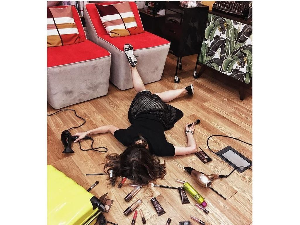 Deretan Wanita Cantik Posting Foto Pose Tersungkur yang Tren di Instagram
