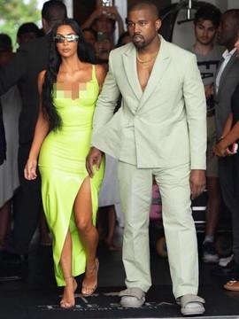 Kanye West Pakai Sandal Kekecilan ke Pesta Pernikahan, Netizen Bingung