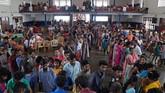 Para korban juga memenuhi auditorium sebuah kampus yang diubah menjadi tempat penampungan pengungsi di Kochi, Kerala.