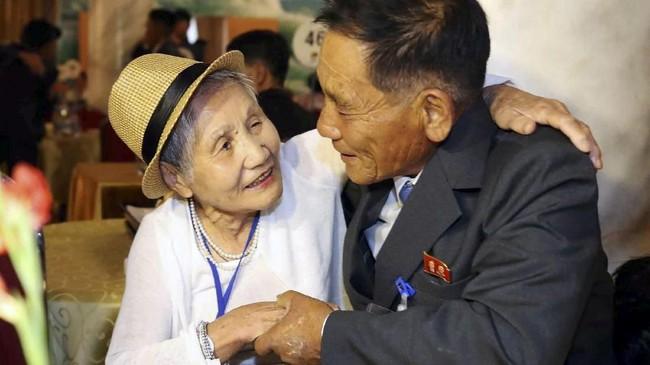Puluhan ribu orang kini masih menanti keajaiban melewati perbatasan untuk menemui keluarganya, seperti ibu dan anak, Lee Keum-seom dan Sang Chol yang akhirnya bertemu kembali setelah terpisah 68 tahun. (Yonhap via REUTERS)