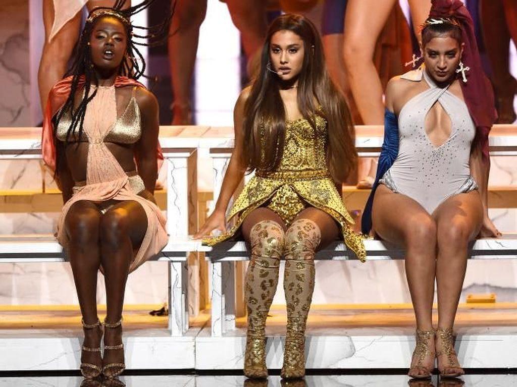 Foto: Ini Baju Karya Desainer Surabaya yang Dipakai Ariana Grande
