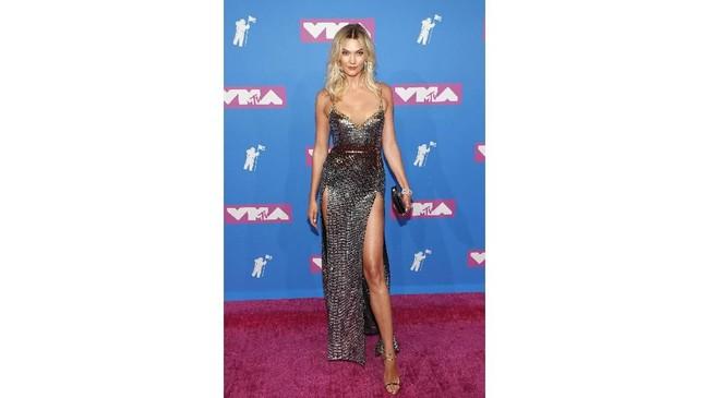 Sang malaikat Karlie Kloss memilih untuk tampil glamor dan seksi sesuai citranya dengan gaun panjang berbelahan dada rendah dan slit tinggi. (REUTERS/Andrew Kelly)
