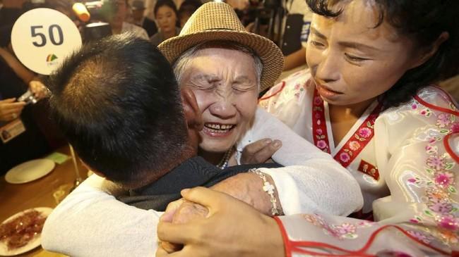 Tangis haru memenuhi suasana pertemuan keluarga yang sudah terpisah selama enam dekade itu. (Yonhap via REUTERS)
