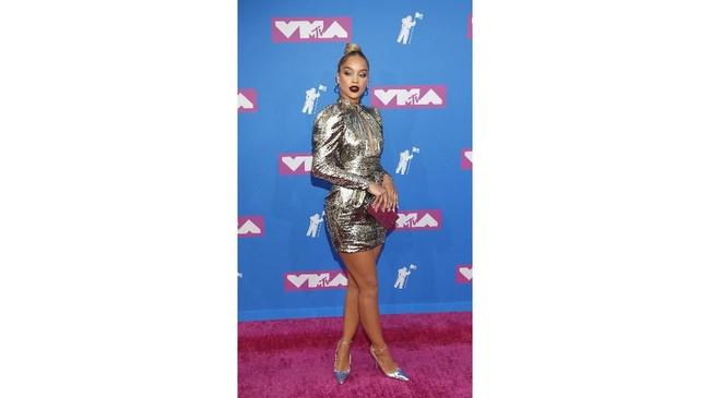 Gaya Jasmine Sanders terlihat sopan namun mewah. Dia memilih gaun dari Dundas dengan siluet bodycont dan puff shoulder serta cut out di dadanya. (REUTERS/Andrew Kelly)