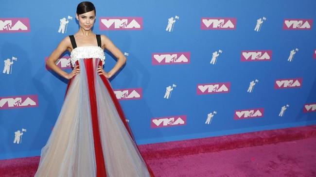 Sofia Carson memilih gaun yang cukup berani. Tubuhnya yang kecil terlihat makin kecil dan terlahap habis dengan gaun A-linenya yang lebar dan tak membentuk tubuh. (REUTERS/Andrew Kelly)