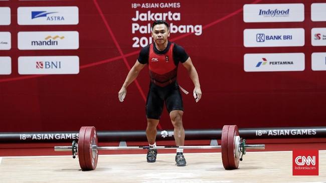Lifter andalan Indonesia Eko Yuli Irawan berhasil merebut medali emas kelima Indonesia di Asian Games 2018 setelah menjadi juara di kelas 62 kilogram putra yang berlangsung di JIExpo, Kemayoran, Selasa (21/8). (CNNIndonesia/Safir Makki)