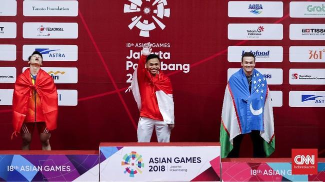 Lifter Indonesia Eko Yuli Irawan sukses merebut medali emas kelas 62 kilogram Asian Games 2018 dengan total angkatan 311 kilogram. (CNNIndonesia/Safir Makki)