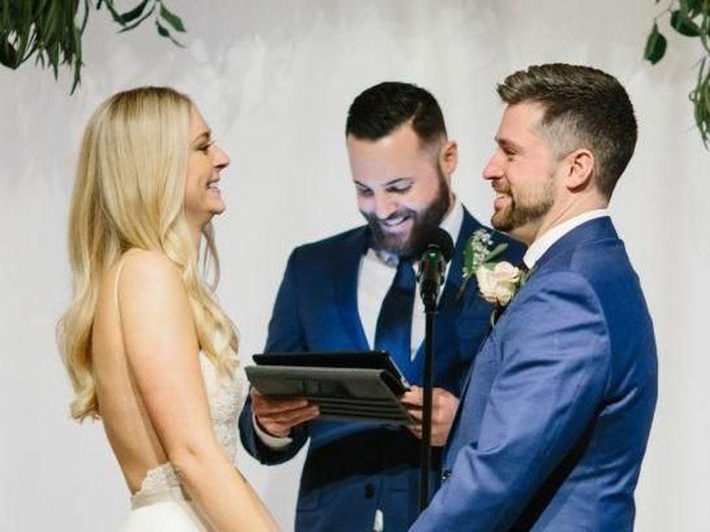 Pengantin Ini Beri Kejutan, Tiba-tiba Potong Rambut Saat Acara Pernikahan