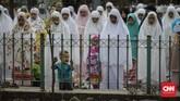Anak-anak kecil juga terlihat mengikuti salat Iduladha bersama dengan orang tua mereka. (CNNIndonesia/Adhi Wicaksono).