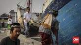 Warga bersiap menaiki sampan usai melaksanakan Sholat Ied Adha 1439 H di pelabuhan Sunda Kelapa, Jakarta, Rabu, 22 Agustus 2018. (CNNIndonesia/Adhi Wicaksono.)