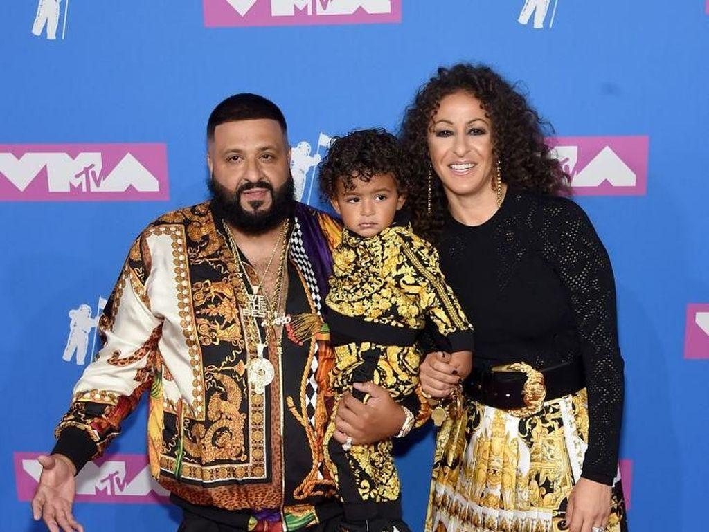 Keluarga DJ Khaled Kompak Berbusana Versace, Total Harganya Setara 5 Motor