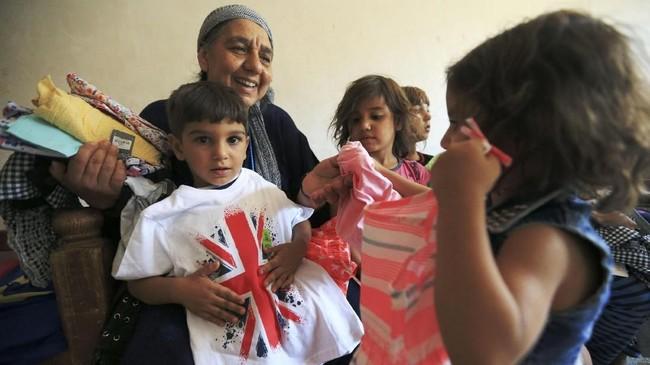 Sejak putra-putranya tewas akibat kekejaman ISIS, seorang nenek di Irak bernama Sana Ibrahim al-Taee harus merawat 22 cucunya yang kini menjadi yatim. (Reuters/Ari Jalal)