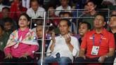 Didampingi Ibu Negara Iriana (kiri), Presiden Joko Widodo (tengah)berdoa saat menyaksikan final bulutangkis beregu putra di Istora Senayan. Presiden Joko Widodo beberapa kali datang ke menyaksikan atlet-atlet Indonesia berlaga di Asian Games 2018.(ANTARA/INASGOC/Puspa Perwitasari/tom/18)