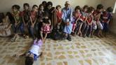 Al-Taee dan suaminya yang mengidap Alzheimer harus hidup berdesakan di sebuah apartemen empat kamar, sementara biaya sewa, makan, pakaian, hingga sekolah bergantung pada donasi. (Reuters/Ari Jalal)