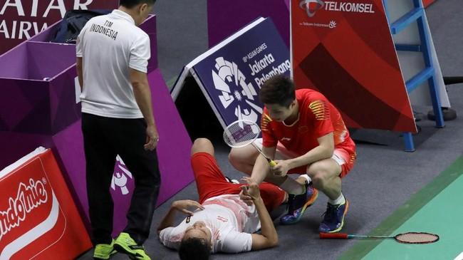 Anthony Ginting tidak bisa melanjutkan pertandingan saat tertinggal 20-21 dari Shi Yuqi di gim ketiga partai tunggal pertama final bulutangkis beregu putra. Shi Yuqi menghampiri Anthony yang terbaring di pinggir lapangan. (ANTARA FOTO/ INASGOC/Nafielah Mahmudah/tom/18)