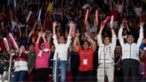 Presiden Joko Widodo (ketiga kiri) didampingi Ibu Negara Iriana (kedua dari kiri), Menkopolhukam sekaligus Ketua Umum PBSI Wiranto (ketiga dari kanan), Menpora Imam Nahrawi (kedua dari kanan) dan Menko Kemaritiman Luhut Panjaitan (kanan) melakukan gerakan ombak saat final bulutangkis beregu putra. (ANTARA/INASGOC/Puspa Perwitasari/tom/18)