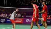 Pebulutangkis ganda putra Indonesia Kevin Sanjaya (kiri) melakukan selebrasi 'unik' usai menang atas ganda putra China Li/Liu di partai kedua final bulutangkis beregu putra Asian Games 2018.(ANTARA/INASGOC/Puspa Perwitasari/tom/18)