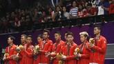 Tim putra Indonesia harus puas meraih medali perak bulutangkis beregu putra setelah kalah 1-3 dari China di laga final di Istora Senayan, Rabu (22/8). (REUTERS/Beawiharta)