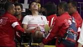 Petugas medis membantu Anthony Ginting keluar dari lapangankarena cedera di laga tunggal pertama final bulutangkis beregu putra saat menghadapi Shi Yuqi dari China. (ANTARA FOTO/ INASGOC/Jessica Margaretha/tom/18)