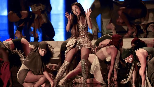 Gaun Emas Ariana Grande di MTV VMA Buatan Desainer Indonesia