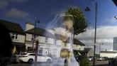Patung Bunda Maria terlihat dari luar suatu toko di kota Knock, Irlandia. (Reuters/Clodagh Kilcoyne)