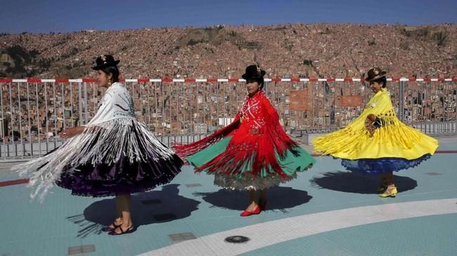 Perempuan Aymara berdansa di tempat pendaratan helikopter ketika digelar tur di istana kepresidenan La Casa Grande del Pueblo di Laz Paz, Bolivia. (Reuters/David Mercado)