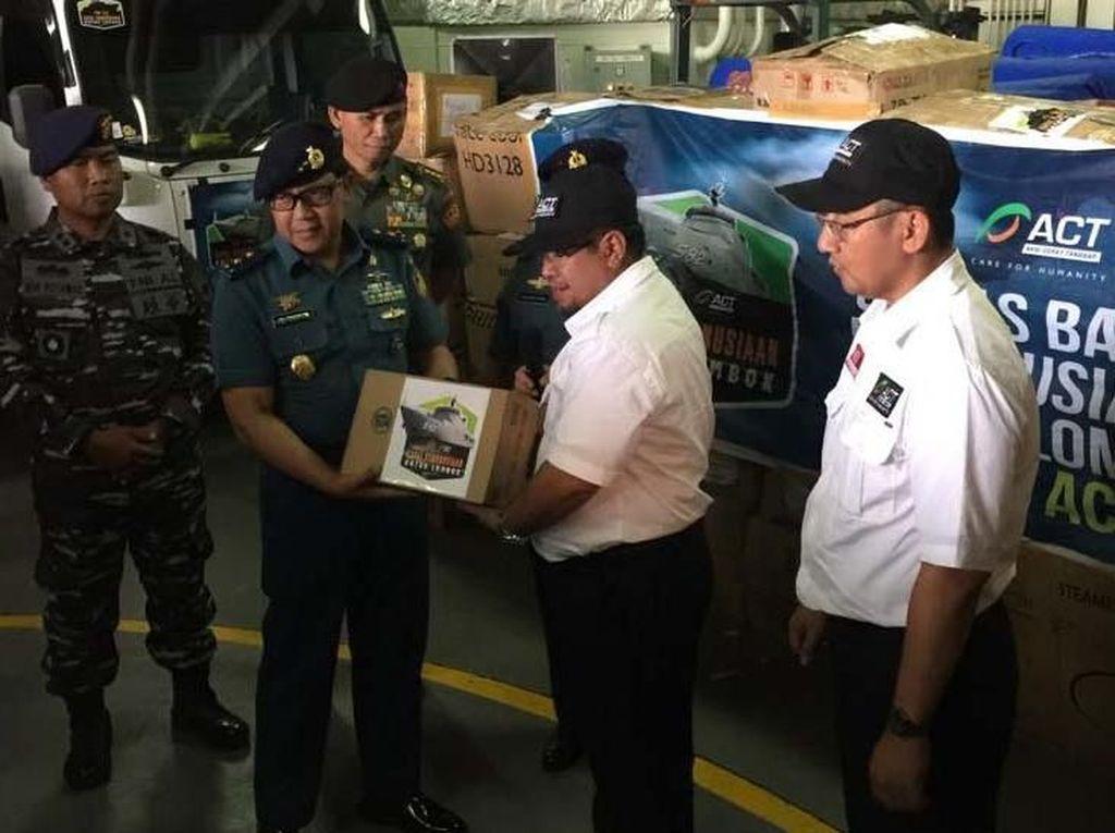 Secara simbolis bantuan ini diserah terima oleh Presiden ACT Ahyudin kepada Asisten Potensi Maritim (Aspotmar) KASAL, Laksamana Muda TNI Edi Sucipto, S.E., M.M. Pool/FFI.