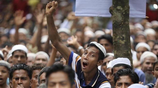 Alih-alih menangkap pelaku, militer diduga malah mengusir, menyiksa, membunuh, hingga memperkosa etnis Rohingya di wilayah itu. (Reuters/Mohammad Ponir Hossain)