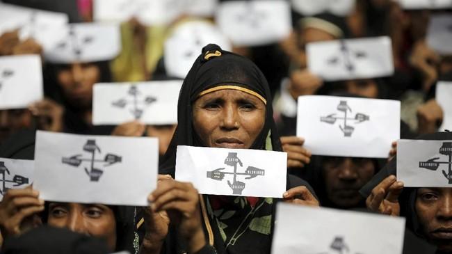 Juni lalu, koalisi organisasi-organisasi asal Bangladesh mengirimkan serangkaian bukti kepada jaksa ICC berisikan dokumentasi penyiksaan, pemerkosaan, hingga pembunuhan oleh militer Myanmar terhadap Rohingya. (Reuters/Mohammad Ponir Hossain)