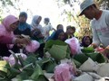 VIDEO: Tradisi Perang Nasi di Ngawi Usai Panen