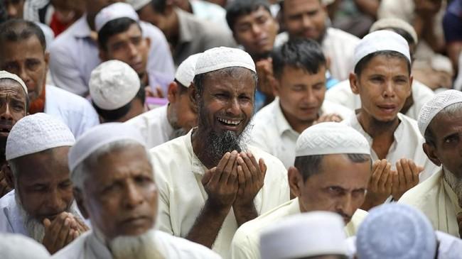 Kini, pengungsi Rohingya berkumpul di Cox's Bazar, Bangladesh. Wilayah miskin itu tidak lama langsung menjadi penampungan buat pengungsian terbesar di dunia.(Reuters/Mohammad Ponir Hossain)