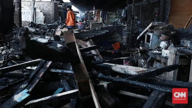Kampung Walang, di sekitar kolong tol Lodan, terbakar. Kebakaran memporak-porandakan rumah semi permanen, kendaraan bermotor, dan alat rumah tangga. Kebakaran diduga kuat berasal dari percikan api karena korsleting listrik.Setidaknya 420 jiwa kehilangan tempat tinggalnya, Jakarta, Minggu (26/8). (CNN Indonesia/Andry Novelino).