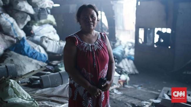Sri Suratmi (46 tahun), salah satu warga yang rumah dan harta bendanya di lahap api di Kampung Walang, Pademangan, Jakarta, Minggu (26/8).Ia berhaap pemerintah DKI Jakarta segera menyediakan air minum dan MCK untuk warga yang masih bertahan di bawah kolong jembatan tol Lodan. (CNN Indonesia/Andry Novelino).