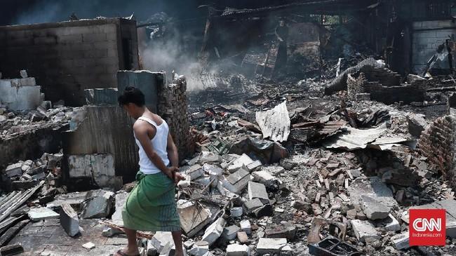 Kebakaran di pemukiman kumuh di Kampung Walang, Pademangan, memaksa sekitar 420 jiwa mengungsi, Jakarta, Minggu (26/8). (CNN Indonesia/Andry Novelino).