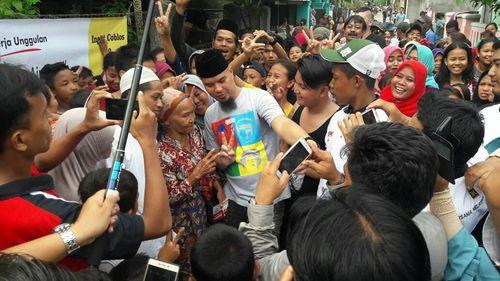 Deretan Gaya Ahmad Dhani Pakai Kaus Anak Band hingga Ganti Presiden
