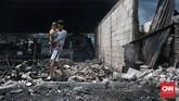 Tak hanya rumah semi permanen warga Kampung Walang, Pademangan, yang rata dengan tanah. Kebakaran juga menghanguskan dua kendaraan bermotor roda dua dan alat rumah tangga milik warga, Jakarta, Minggu (26/8). (CNN Indonesia/Andry Novelino).