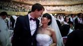 Pasangan-pasangan ini ditempatkan duduk bersebelahan saat mengikuti upacara pernikahan massal tersebut.(REUTERS/Kim Hong-Ji)