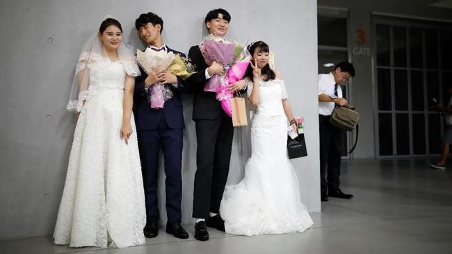 Pernikahan massal ini mengambil tempat di Cheongshim Peace World Center. Tanggal ini sengaja dipilih untuk memperingati peringatan kematian pendiri gereja penyatuan Sun Myung-moon.(REUTERS/Kim Hong-Ji)