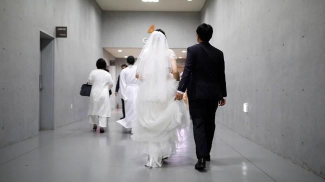 Pernikahan massal ini diatur oleh Hak Han Moon, istri dari Sun Myung Moon, pemimpin kontroversial dari gereja tersebut.(REUTERS/Kim Hong-Ji)