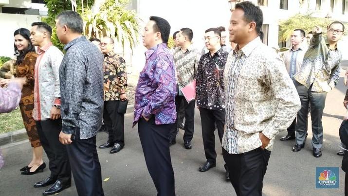 Jokowi membicarakan pengembangan dunia usaha bersama para konglomerat junior.