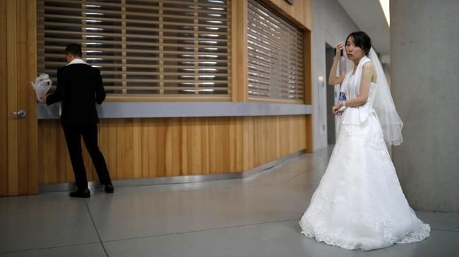 Sama seperti pernikahan pada umumnya, ratusan pengantin mengikuti serangkaian upacara pernikahan di gereja tersebut.(REUTERS/Kim Hong-Ji)