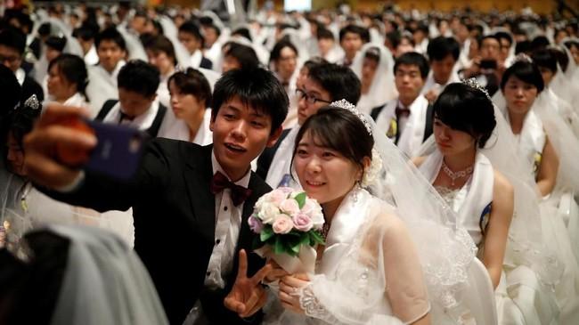 Dalam pernikahan tersebut, pasangan yang hadir bukan hanya diikuti oleh pasangan domestik Korsel, tapi juga pasangan campuran dari negara lain.(REUTERS/Kim Hong-Ji)
