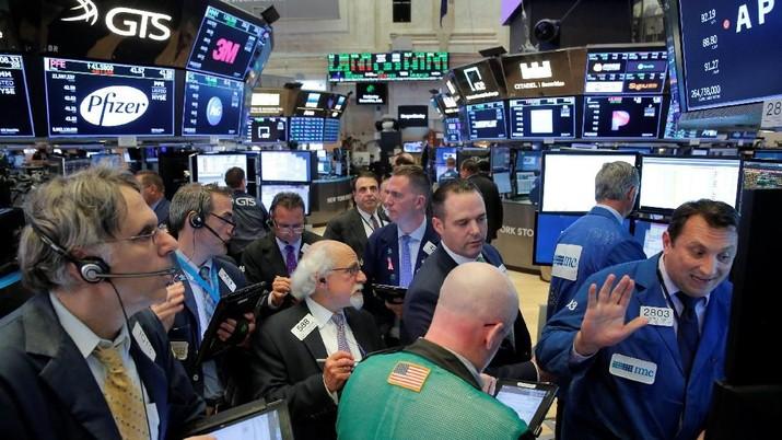 Indeks The Dow Jones Industrial Average jatuh 2,02% atau kehilangan 496,87 poin ke 24.100,51, level terendah sejak awal Mei