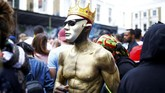 Semakin malam, bukannya semakin sepi, karnaval itu justru makin membara. (REUTERS/Henry Nicholls)