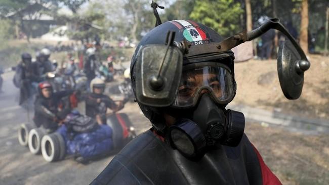 Seorang pengendara menggunakan helm modifikasi dan masker ketika menghadiri acara 'Kediri Scooter Festival 2018'. (REUTERS/Darren Whiteside)