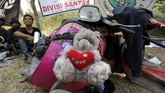Boneka terikat di depan Vespa yang dimodifikasi memiliki cerita tersendiri bagi pemilik motor. (REUTERS/Darren Whiteside)