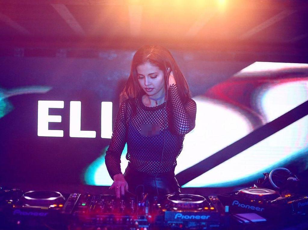 Terpikat Pesona Elly, DJ Seksi yang Bikin Hati Pria Deg-degan