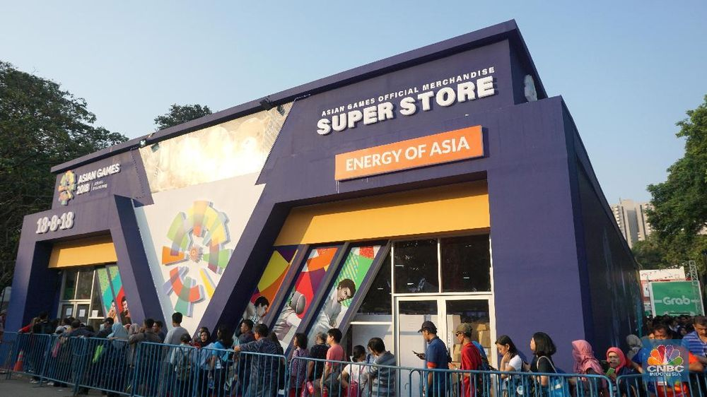 Sejumlah penonton mengantre ditempat penjualan merchandise Asian Games di Kompleks Gelora Bung Karno, Senayan, Jakarta. Warga rela mengantre untuk memiliki merchandise perhelatan pesta olahraga se-Asia ini. (CNBC Indonesia/Shalini)
