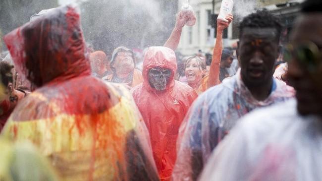 Mereka juga berparade sejauh sekitar lima kilometer, berkumpul dengan ribuan lainnya yang berasal dari daerah, ras, latar belakang, bahkan orientasi seksual yang berbeda. (REUTERS/Henry Nicholls)