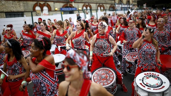 Tidak ada yang protes, ribuan orang justru bergabung merayakan Notting Hill Carnival. (REUTERS/Henry Nicholls)
